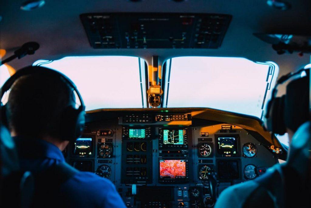 soñar con manejar un avion